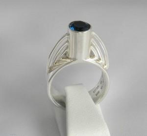 London blå topas i silverring, och detta smycke heter Öresund