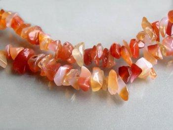 Fin Röd Karneol ca 300 carat Borrad Chips 5-8 mm på sträng ca 90 cm Bra Kvalitet