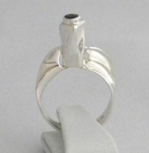Smycket heter Reversed - Torso och ädelstenen är safir