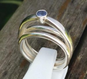 Smycket heter S:t Louis och ädelstenen är en blå safir